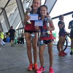 Freude über die Pokale Céline und Janina