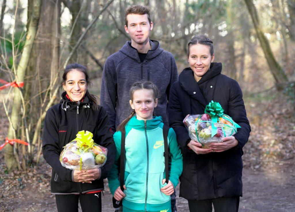 Samira, Janina und Sandra mit ihrem Preis, mit dabei zum Training Daniel