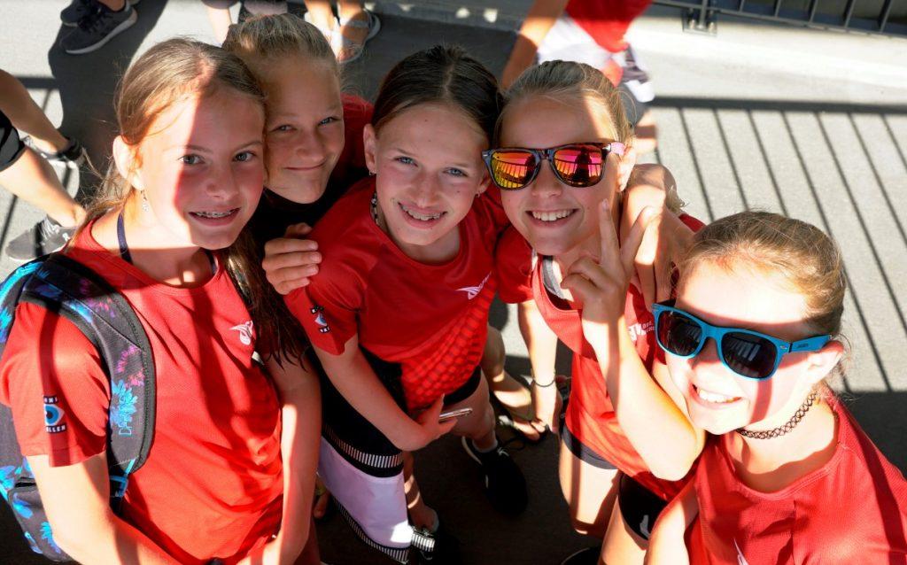 Die jüngeren Athletinnen beim Abolen der Turnfestgruppe auf dem Bahnhof Oberriet