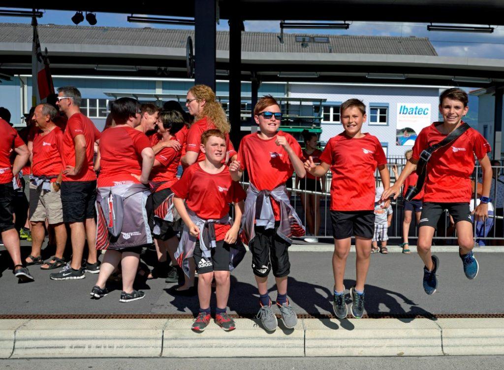 Die jüngeren Athletbeim Abolen der Turnfestgruppe auf dem Bahnhof Oberriet