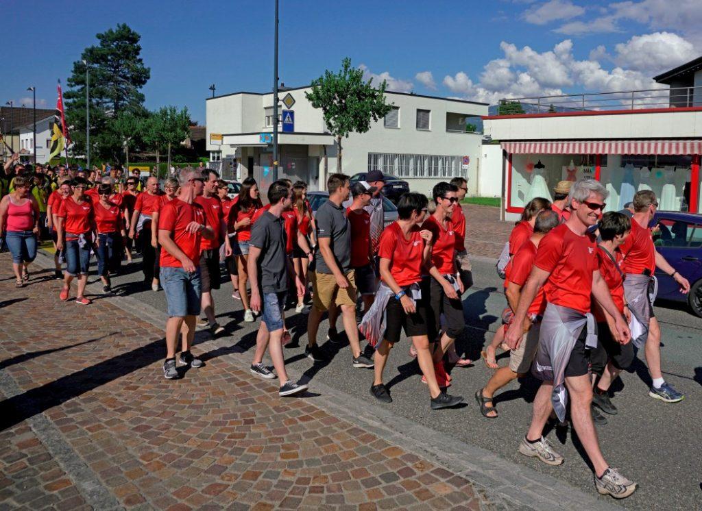 Empfang und Marsch durchs Dorf auf der Hauptstrasse
