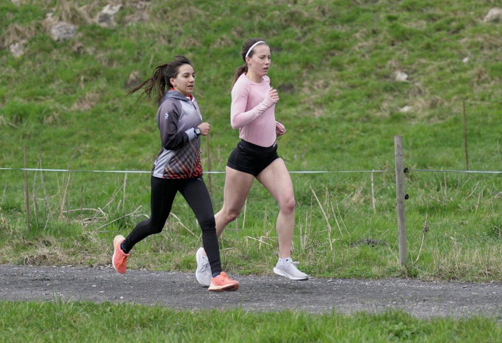 Samira und Sandra etwa Mitte Rennen