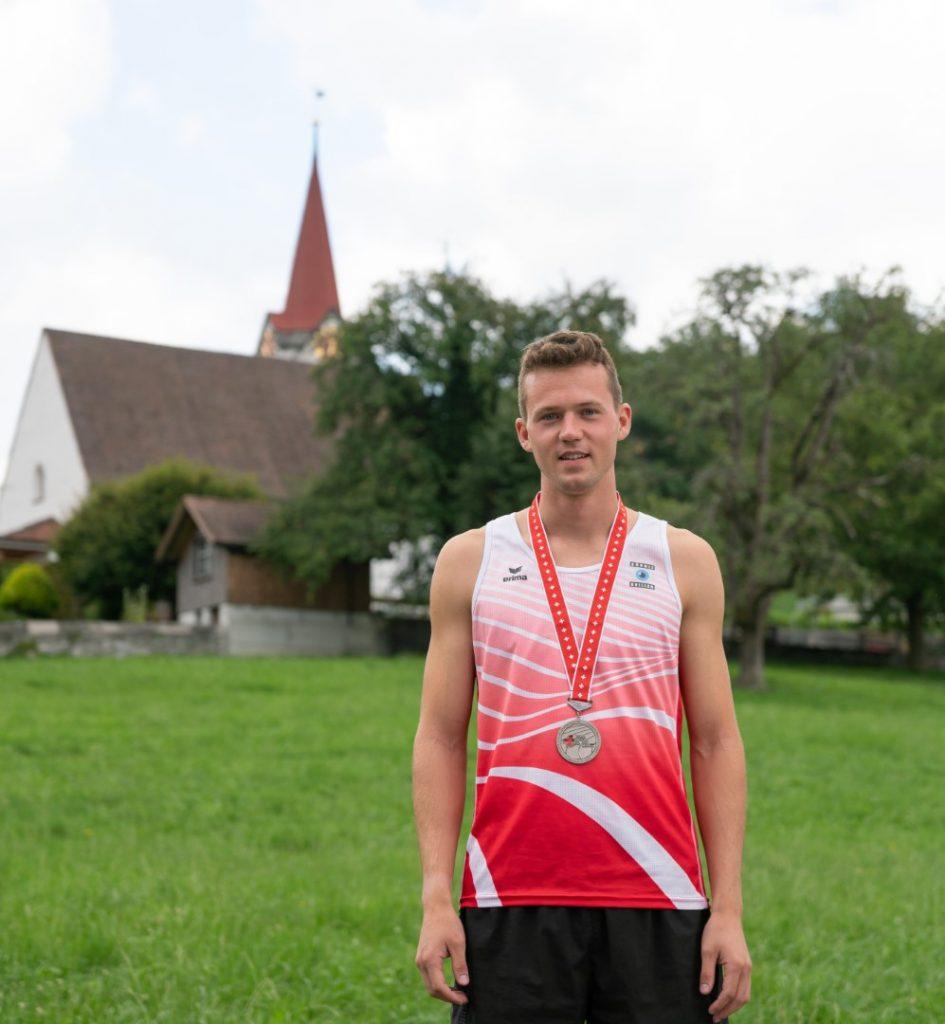 Stolzer Silbermedaillen Gewinner aufgenommen im Eichberg